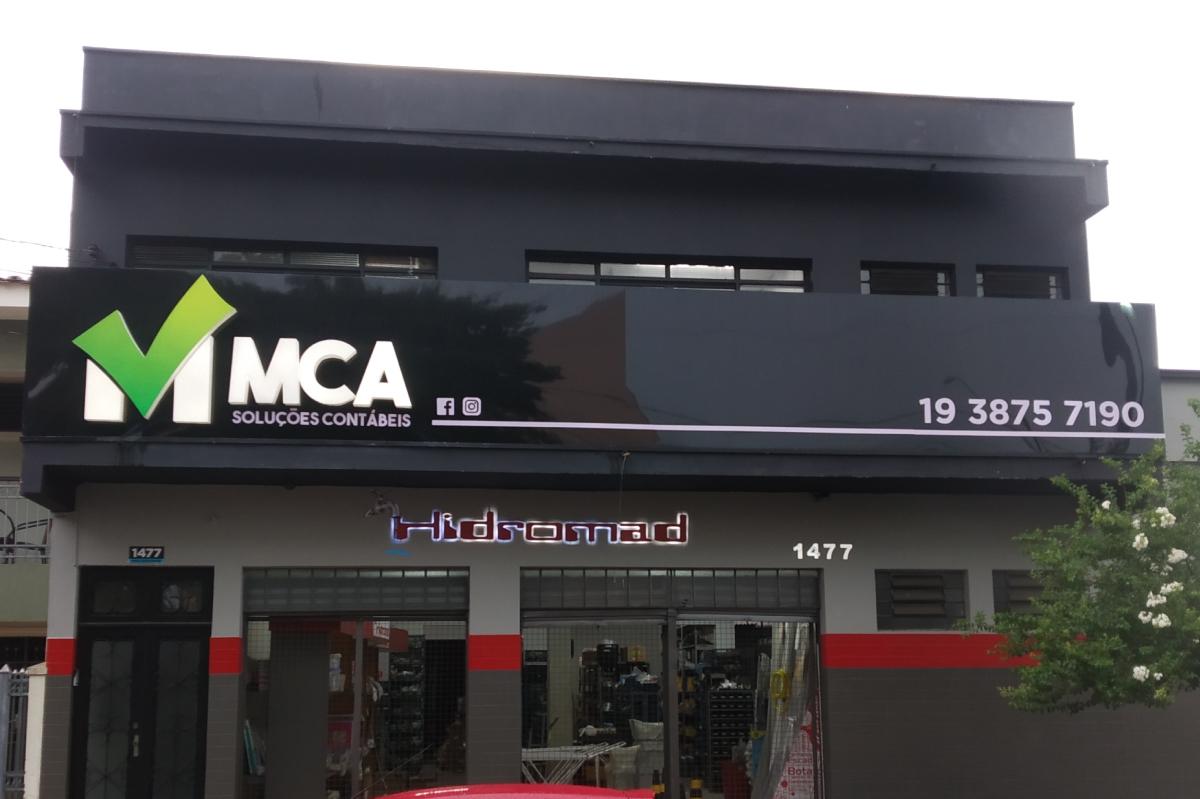 Revestimento em ACM brilho, letras em PVC expandido e letras caixa em acrílico com iluminação interna
